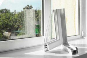 Białe okno PCV - przekrój nowoczesnego profilu okna plastikowego