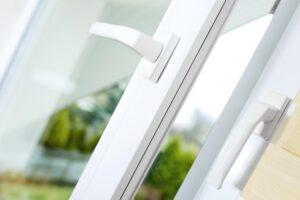 Otwarte okno PCV - klamki w oknie plastikowym