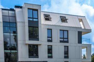Nowoczesny blok mieszkalny z dużymi oknami i przeszkleniami