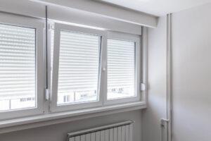 Białe okna PCV w pokoju - okna uchylno-rozwierne